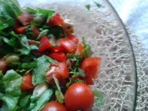 Sałata rzymska, pomidory, oliwki i inne pyszności